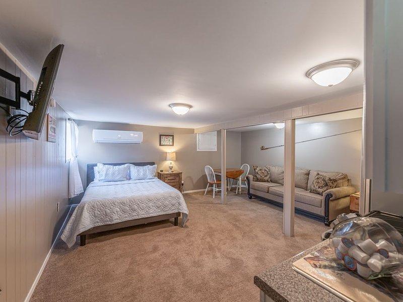 Riverfront- Lower Unit | Dock | Smart TV | Wi-Fi, holiday rental in Bristol