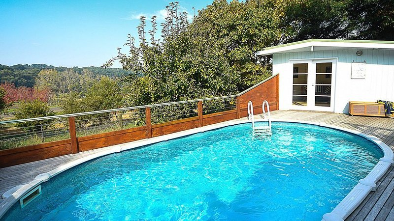 Lynden House - Pool with solar heating, holiday rental in Red Hill