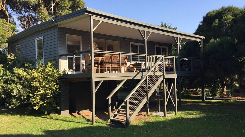 Seahaven - Centrally located to walk to beach or shops, holiday rental in Flinders