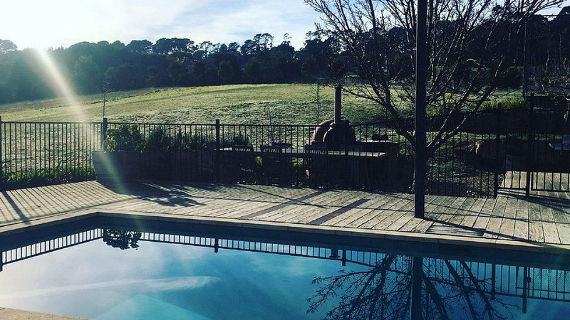 The Lakehouse - Great family home with Pool & Tennis Court, holiday rental in Red Hill