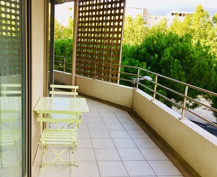 Bel appartement situé à Port Marianne, avec terrasse et parking privé., holiday rental in Montpellier