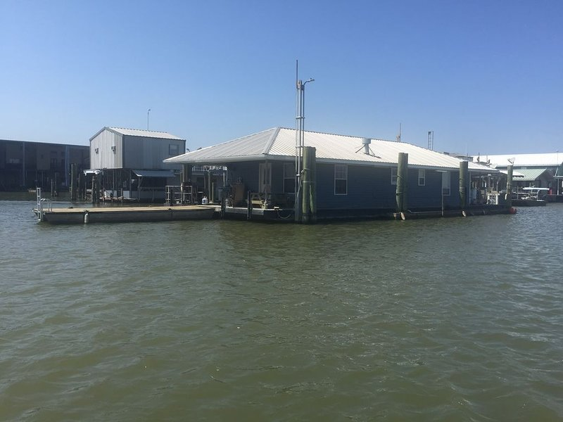 Beautiful Newly Renovated Houseboat in Venice Marina, holiday rental in Empire