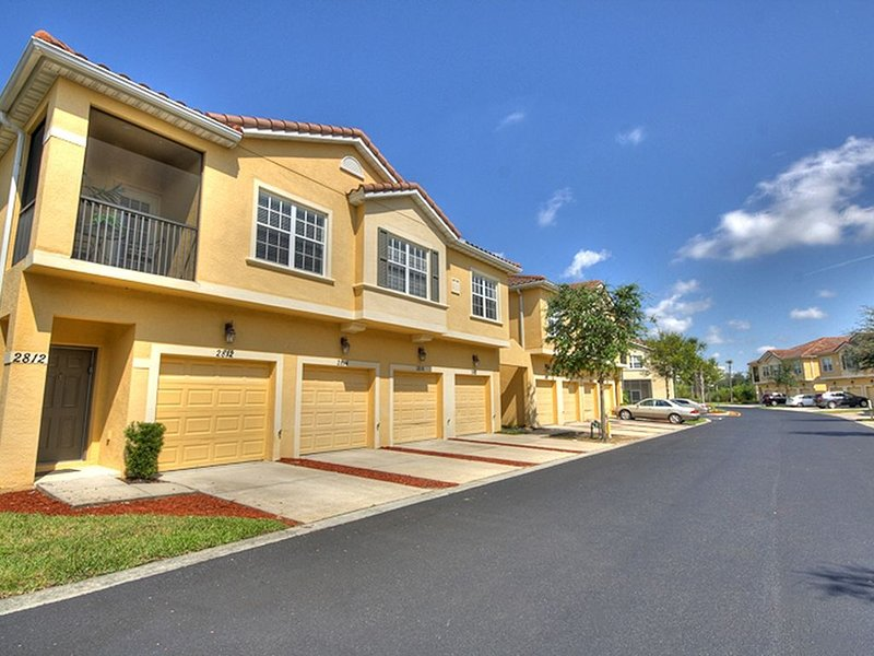 GORGEOUS 3 BDRM 2 BATH MAIN FLOOR TOWNHOME!  5 MIN FROM DISNEY!, holiday rental in Celebration