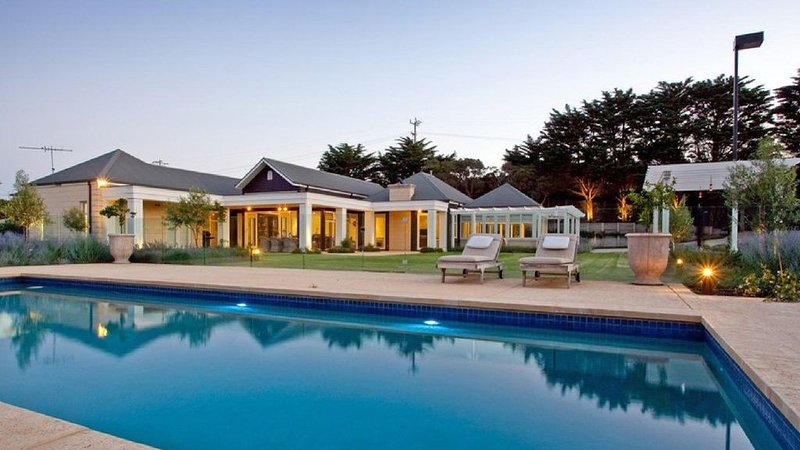 Hotham Family Resort - Luxury getaway with pool & tennis court, casa vacanza a Portsea