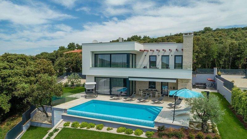 Lussuosa villa con piscina privata e sauna in una citta di bellezza unica e sere, holiday rental in Vrsar