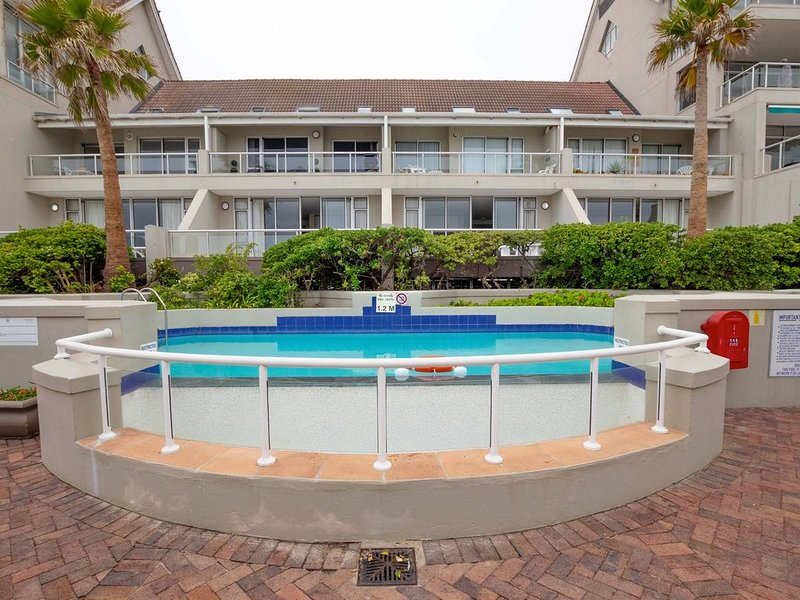 Beachfront condo with beach access, shared pool, and free WiFi!, holiday rental in Table View
