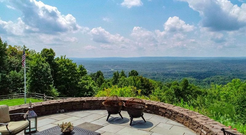 Mountain Top Estate- near Avon Old Farms, Westminster, UCONN, vacation rental in Harwinton