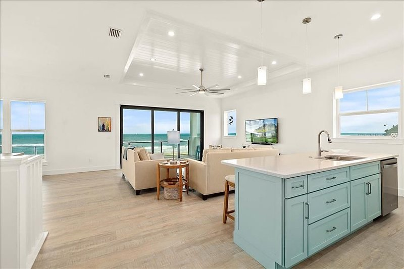 SeaofBlue: Bask in the sunshine in this new custom home w/ sweeping views of..., alquiler de vacaciones en Flagler Beach