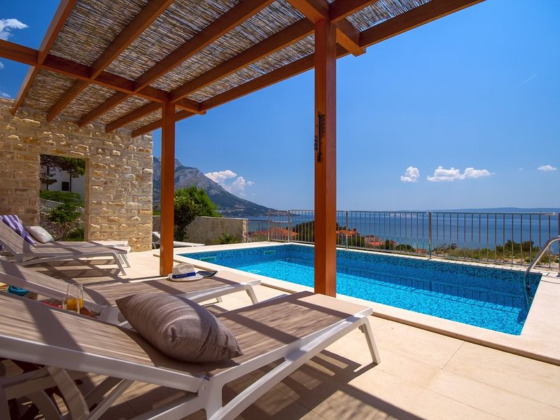 Villa Oslo - luxury place with sea views & heated pool, 300m from sandy beach, alquiler de vacaciones en Omis