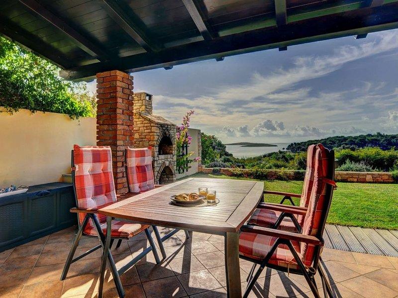 Luxuriöse Ferienwohnung mit großer, überdachter Terrasse in 1. Reihe zum Meer, alquiler de vacaciones en Premantura
