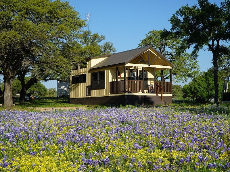 Tumbleweed tiny home on a gorgeous private lake in the Texas Hill Country, casa vacanza a Buchanan Dam
