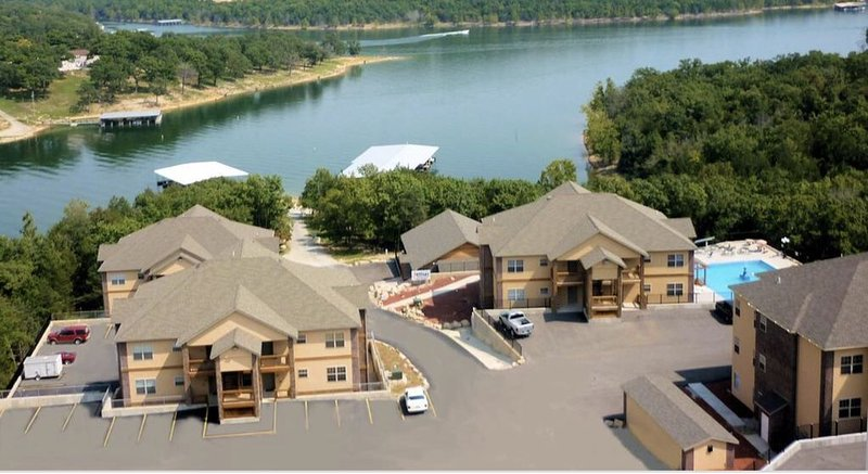 ROCKWOOD CONDO NO STAIRS OR STEPS- WITH BOAT SLIP  NEAR SILVER DOLLAR CITY, holiday rental in Branson