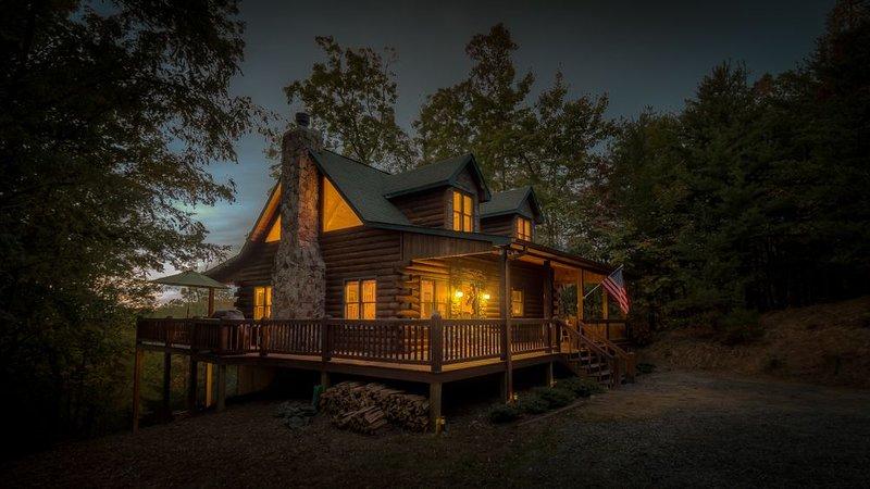 Absolute Bliss Lodge- Pet Friendly | Panoramic Views | Hot Tub, alquiler de vacaciones en Morganton