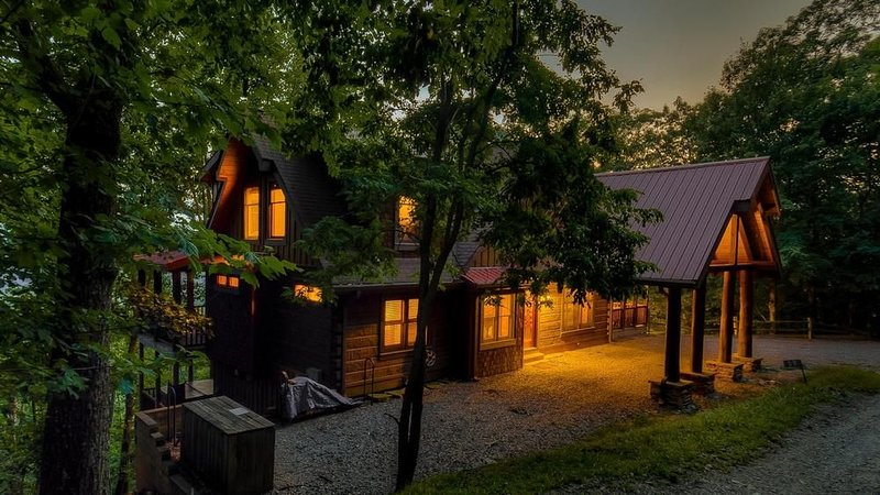 Chestnut Lodge- Outdoor Fireplace   Relaxing Hot Tub   Gourmet Kitchen, holiday rental in Morganton