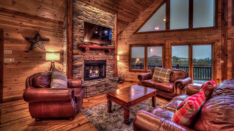 Green Pine Cabin- Pet Friendly | Outdoor Fireplace | Fenced Yard | Mineral Bluff, alquiler de vacaciones en Mineral Bluff