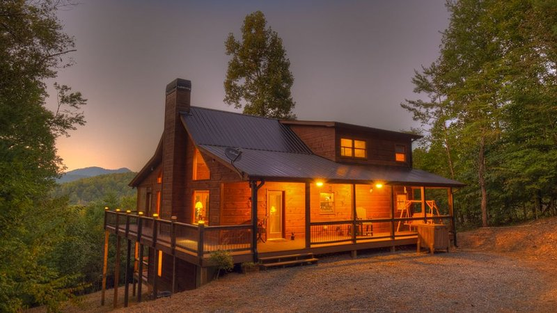 Mountain Laurel Hideaway- Pet Friendly | Screened Porch | Outdoor Fireplace, vacation rental in Mineral Bluff