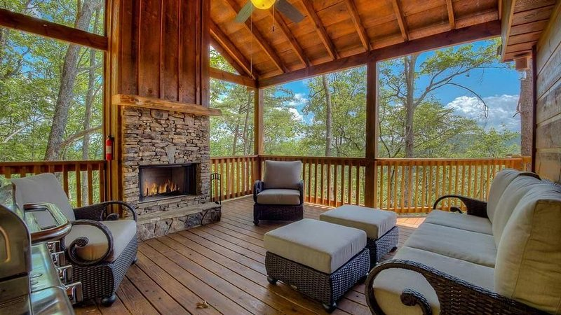 Candlestick Cottage- Disney Themed | Outdoor Living with Fireplace | Hot Tub, vacation rental in Epworth
