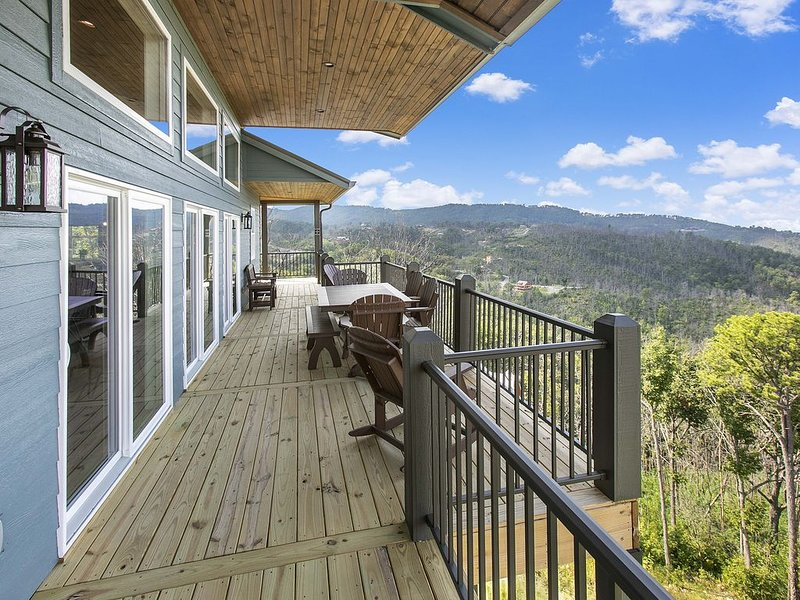 Chalet With Media room , Elevator and SPECTACULAR 180 Degree Views!, vacation rental in Gatlinburg
