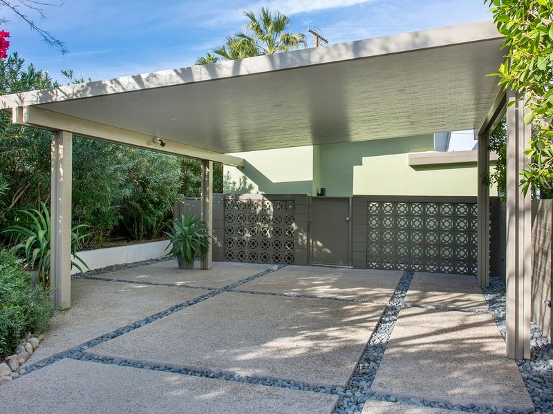 Perfect! Secluded Mid-Century Compound. 3 Beds/3 Baths Views! HOT-TUB! FIRE-PIT!, alquiler de vacaciones en Greater Palm Springs