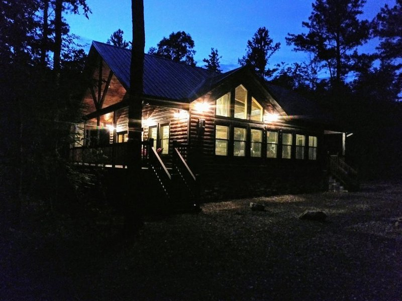Brand New!! 'Leather & Lace' Luxury Cabin! Great for couples or family of 4, holiday rental in Broken Bow