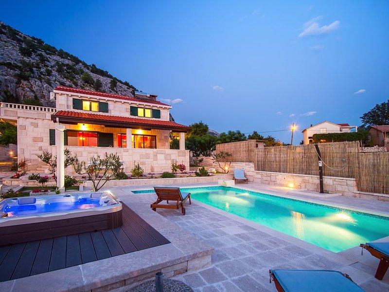 VILLA RUNJE- STONE BEAUTY with heated pool, jacuzzi, amazing view on Split & sea, casa vacanza a Kotlenice