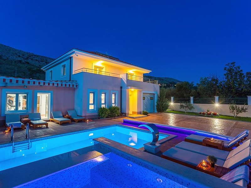 VILLA MILLA with private pool, jacuzzi, sauna, gym, max. 8 person, vacation rental in Krilo