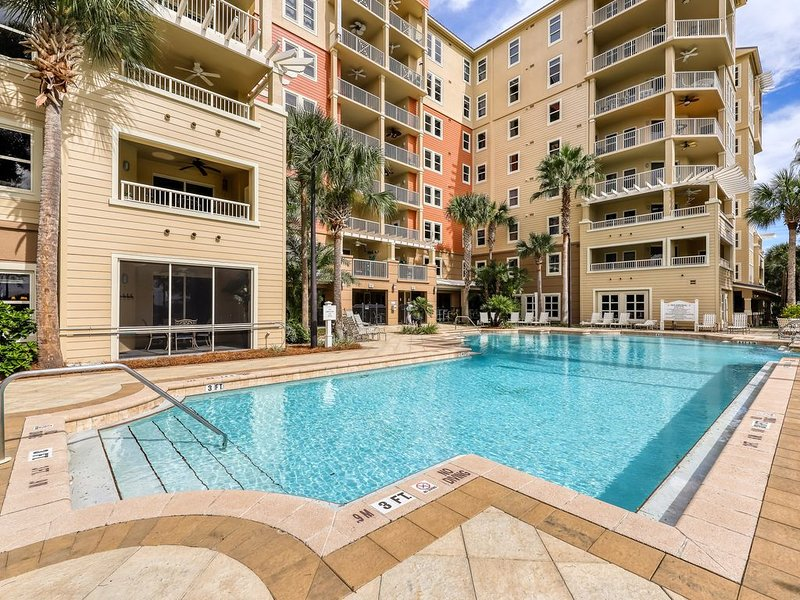 Upscale rental in gated, bayfront complex with shared pool, gym, foosball table, holiday rental in Lower Grand Lagoon