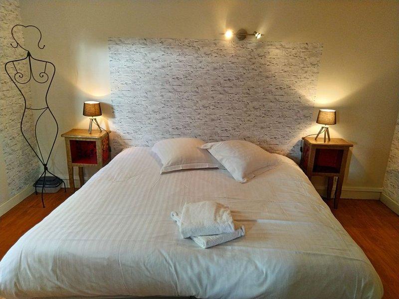 Appartement meublé dans maison individuelle tout confort avec jardin arboré, vacation rental in Sainte-Marie-du-Bois