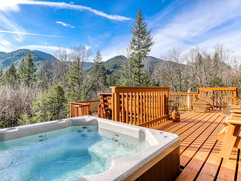 Beautiful, Dog-Friendly Cabin w/ Stunning Mountain Views, Hot Tub, & Dry Sauna!, holiday rental in Welches