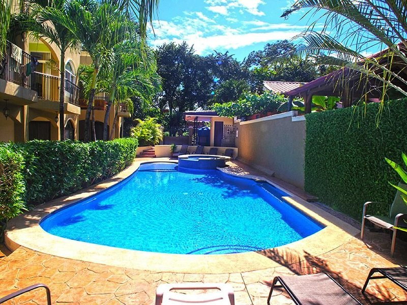 Renovated Spacious Condo a Short Walk to the Beach with Beautiful Pool, holiday rental in Playa Langosta