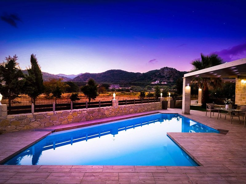 Villa Elenitsa - Stylish property just 200m from Beach & Restaurants, holiday rental in Koleni