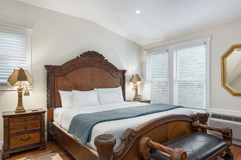 Victorian Mansion Queens Overlook | King Bed | In Town | Shared Hot Tub/Pool, vacation rental in Fredericksburg
