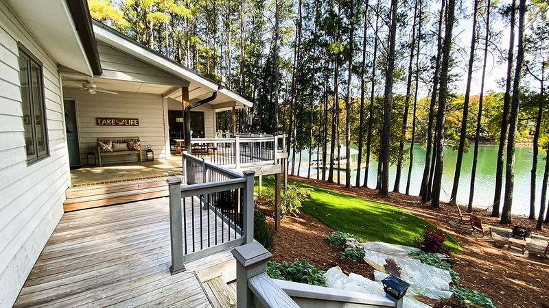 500 feet of PRISTINE WATER FRONTAGE ON BEAUTIFUL LAKE KEOWEE, holiday rental in West Union