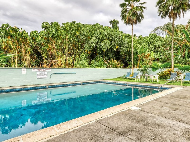 Third floor condo w/ a furnished lanai & shared pool - right by the ocean!, alquiler de vacaciones en Hilo