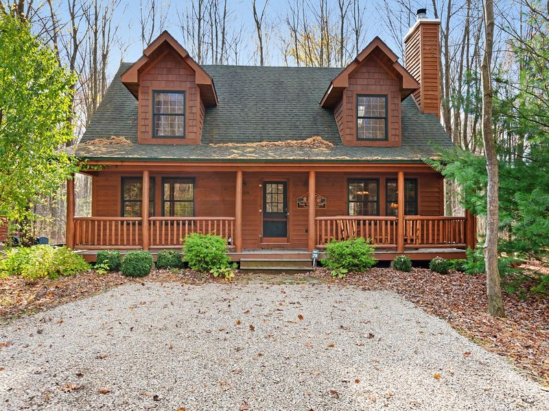 Cabin tucked in the trees with private hot tub & lake/pool access!, aluguéis de temporada em Saugatuck