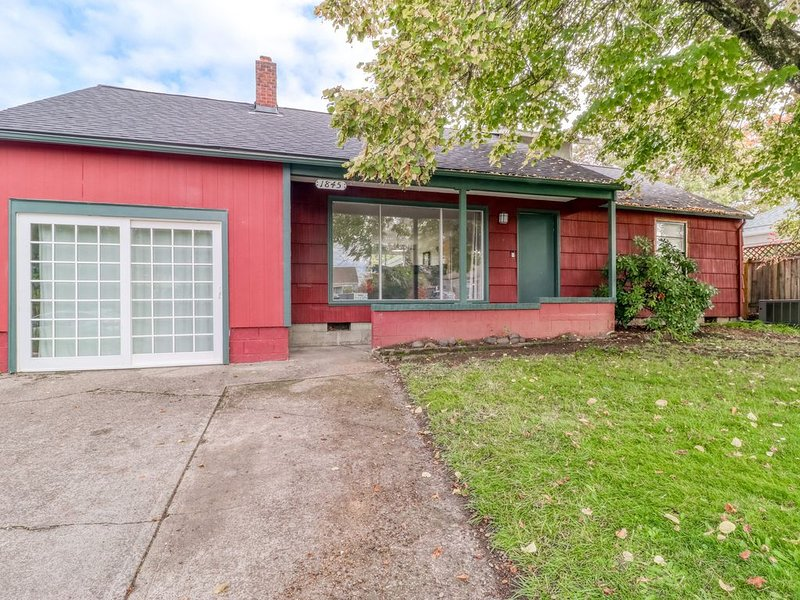 Charming dog-friendly home w/ patio, enclosed yard, & easy access to U of O!, holiday rental in Eugene