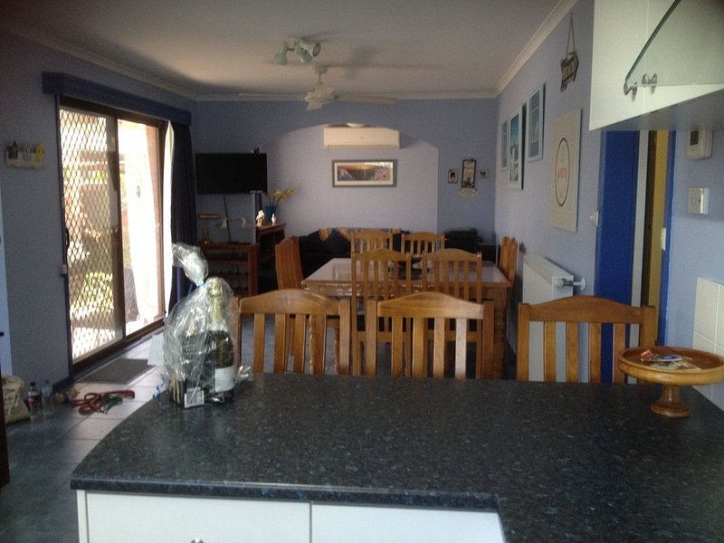 St. Ives Ocean Grove. new WIFI 2020 and undercover parking, vacation rental in Wallington