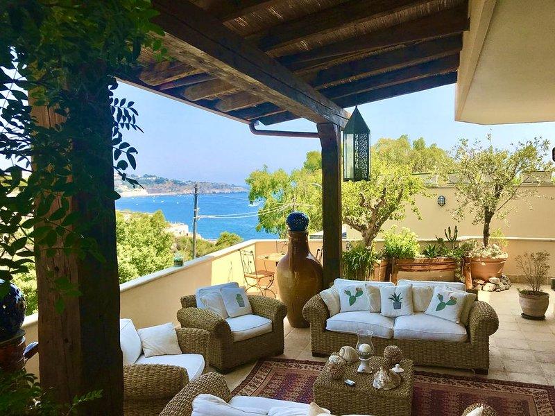 Favolosa Villa Acquaviva sul mare con giardino e possibilità gommoni 10mt e 6mt, location de vacances à Marina di Marittima