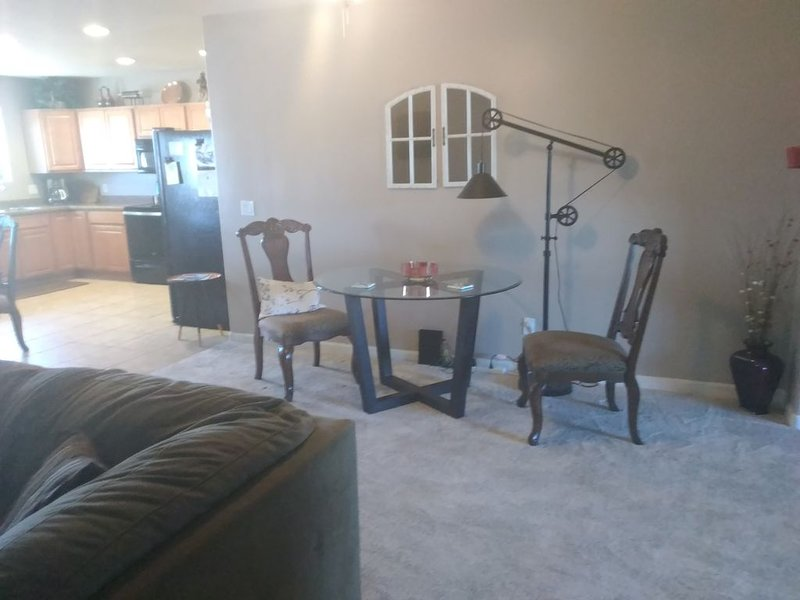 Relaxing country style home with spacious backyard in a quiet neighborhood., holiday rental in Sun City West