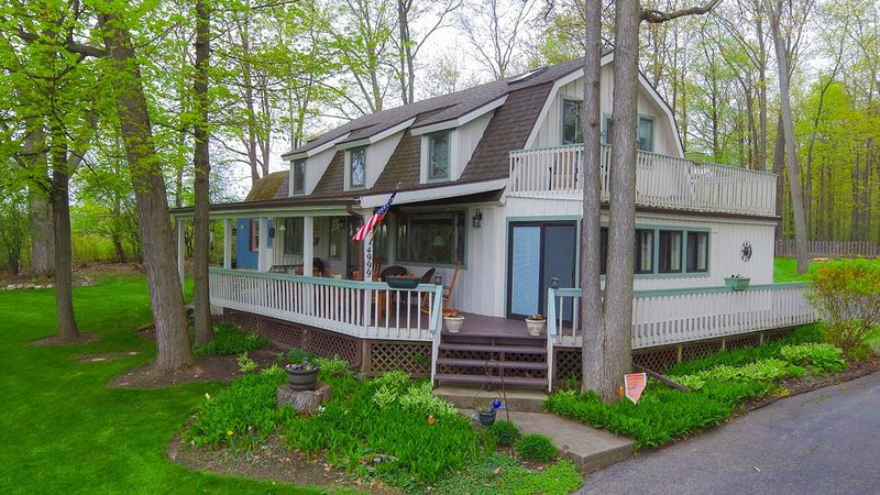 Scenic Post and Beam Home Overlooking Canandaigua Lake! Sleeps 10, location de vacances à Rushville