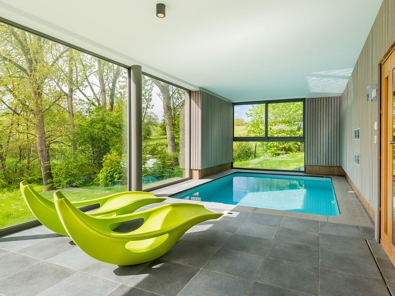Modern villa with indoor swimming pool, in the middle of the Noiseaux nature, holiday rental in Heure