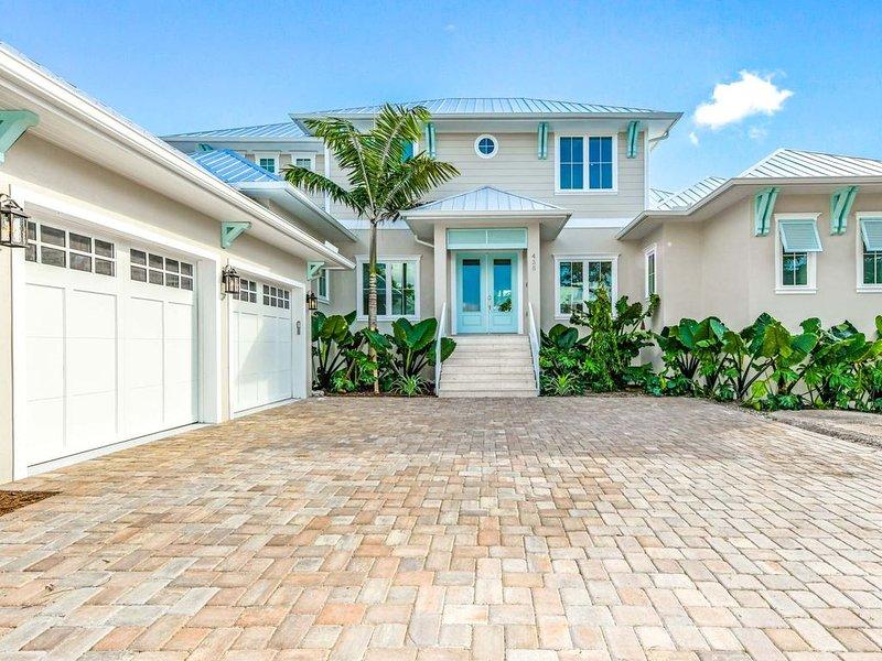 STUNNING 5 Bedroom Luxury Home w/ Pool & SLIDE! Sleeps 16 - Roof Top Deck!, holiday rental in Lido Key