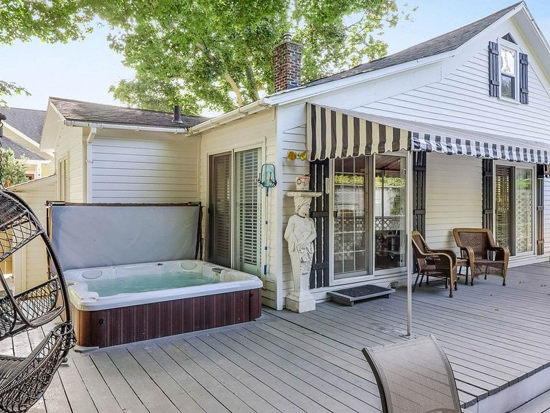 Dog-friendly cottage with private hot tub - steps to downtown!, vacation rental in Saugatuck