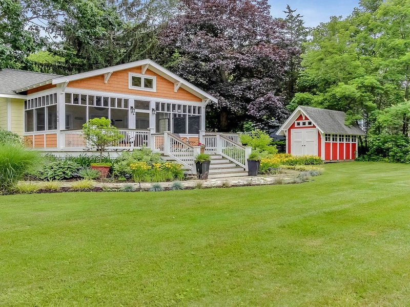 Dog-friendly cottage with large fenced yard and screened porch, alquiler de vacaciones en Allegan County
