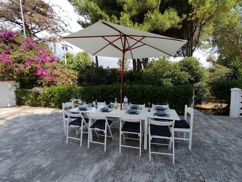 Salento villa a cinque minuti dal mare con giardino e veranda, holiday rental in Monacizzo-Librari-Truglione