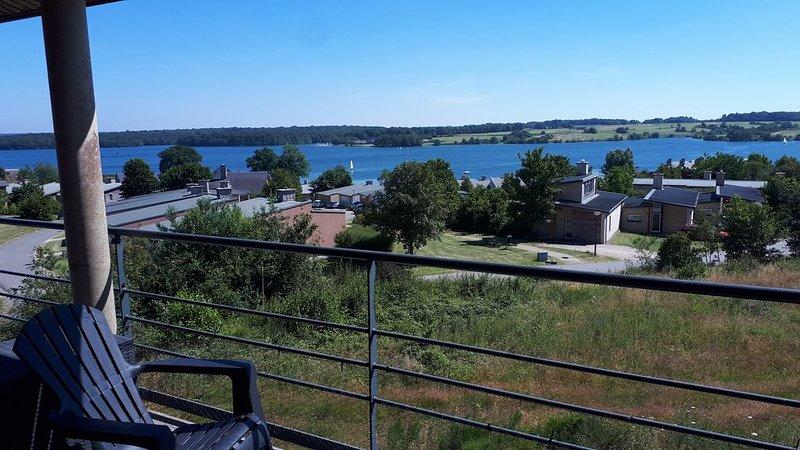 Superbe vue lac et piscine chauffée. Pour 4 adultes et 1 enfants -10 ans, Ferienwohnung in Montigny-le-Tilleul