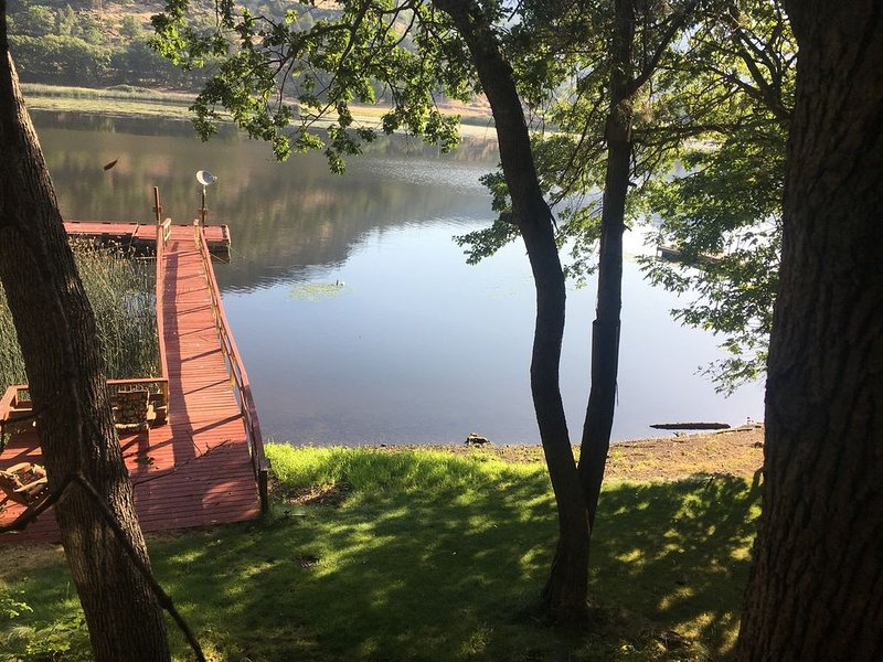 Private Cabin, Dock & Hot Tub ~ Ski & Fish Copco Lake on the Klamath River, holiday rental in Hornbrook