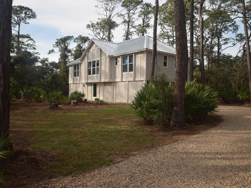 Cute and Cozy!  Screened Porch with easy beach access!  Community Pool!, holiday rental in Apalachicola