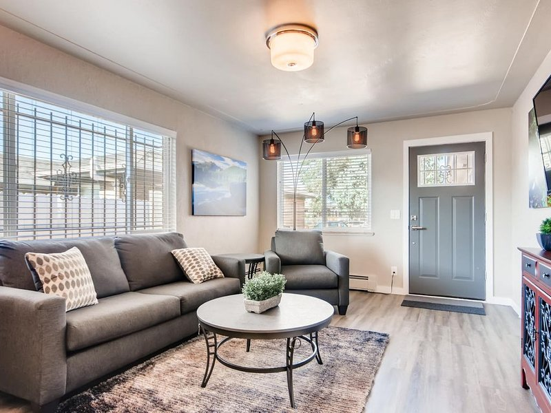 Gorgeous, completely renovated fully furnished single-family home available!, holiday rental in Wheat Ridge