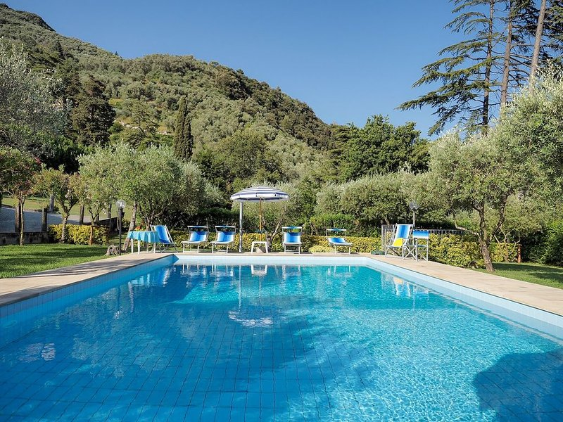 Große Villa mit privatem Pool und Garten für 12 Personen davon 2 Kinder, holiday rental in Camaiore